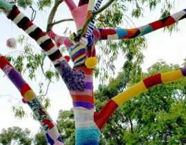 Le Yarn bombing : l'art de tricoter les arbres en ville