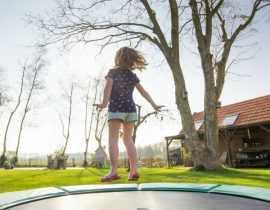 Jardin et enfants : idées et solutions pour intégrer cabane, trampoline etc.