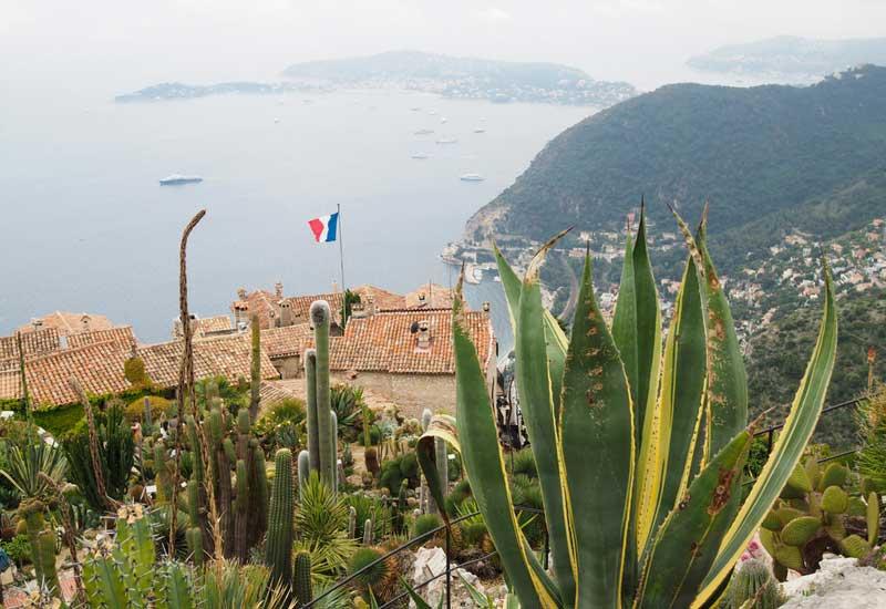 Le jardin exotique offre une superbe vue sur le village, la mer et la montagne !