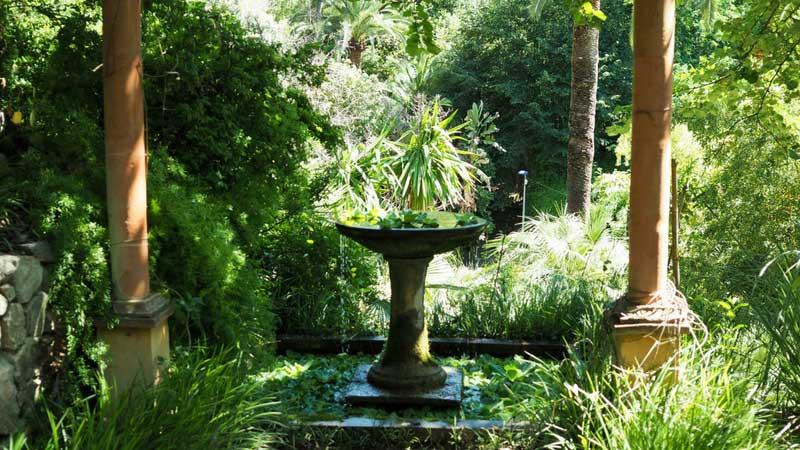 Vasque et pergola au jardin du Val Rahmeh