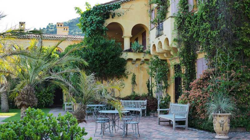 La villa du Val Rahmeh, avec des plantes grimpantes et palmiers